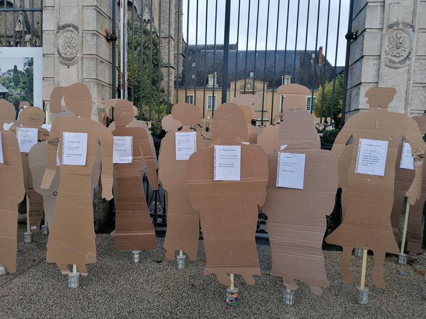 Les 137 silhouettes ont été déposées devant les grilles de la préfecture.