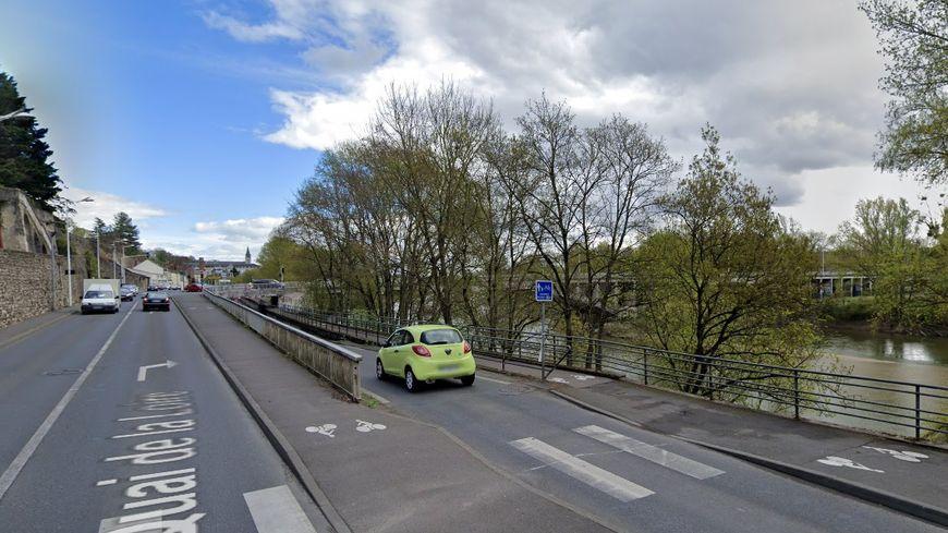 La voie d'accès passant sous le pont Napoléon côté nord