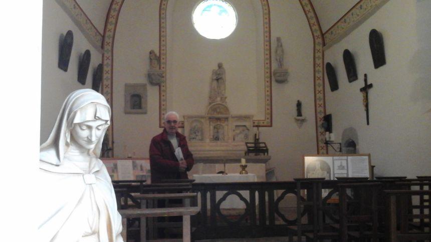 Gérard Boillot, président des Amis de l'Église d'Étuz, devant l'autel et le retable classé de la chapelle Sainte Anne