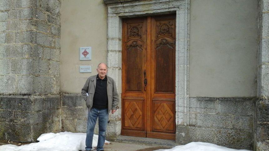 Jean-Marie devant l'une des portes (restaurée par un Compagnon de Mouthe) de l'église de l'Assomption.