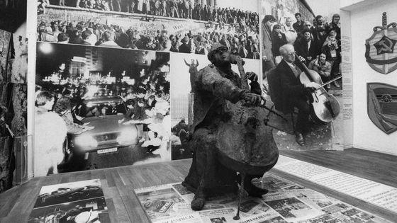 Mstislav Rostropovich, sculpture de Roseline Granet- Musée du Mur – Musée Maison de Checkpoint Charlie / Rostropovitch, musicien au pied du mur, prod. Jérôme Pernoo (2008)