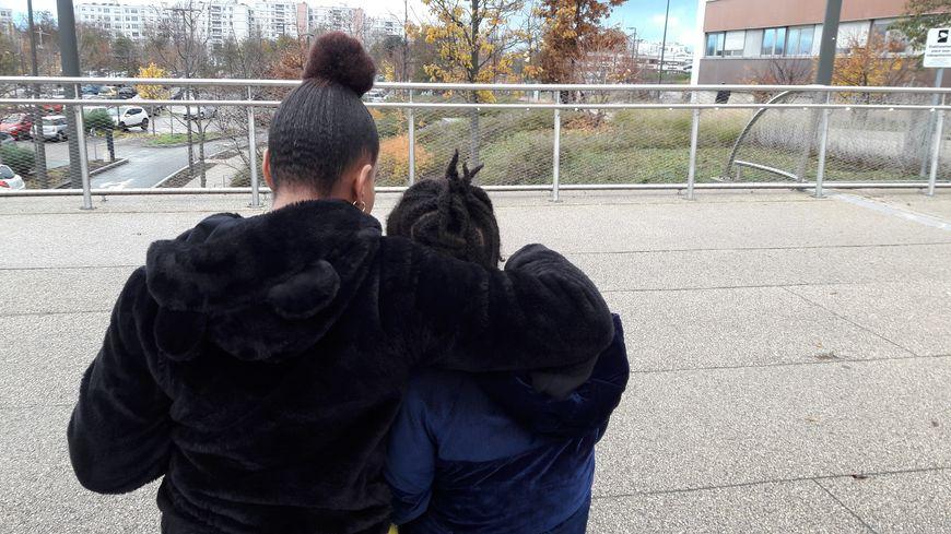 Mirna et sa fille Eloah, 11 ans, harcelée dans son collège de Mulhouse.