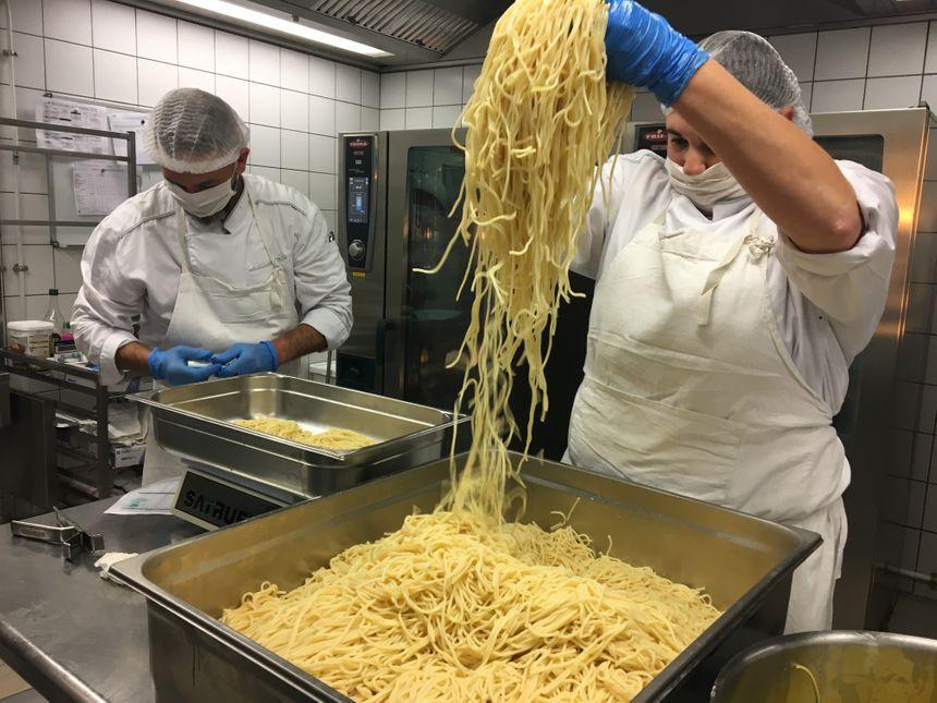 Les spaghettis italiens et bio sont cuits al dente et cuisinés au beurre.