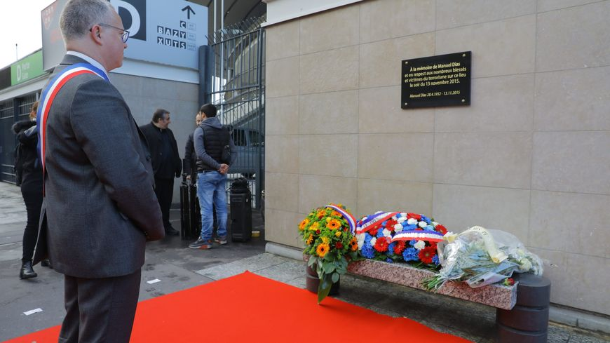 Le maire de Saint Denis devant la plaque en mémoire de Manuel Dias au Stade de France.
