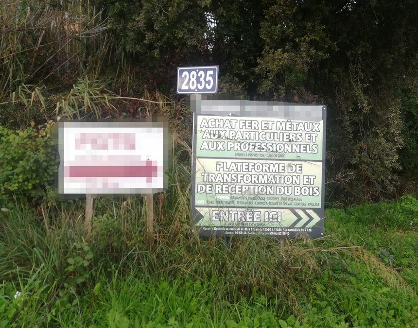 A l'entrée d'un chemin, un panneau indique l'existence d'une plateforme de réception du bois. Une autre entreprise réceptionnait le fer et le goudron.