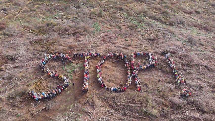 Un stop humain vu du ciel, action symbolique pour dénoncer les coupes rases