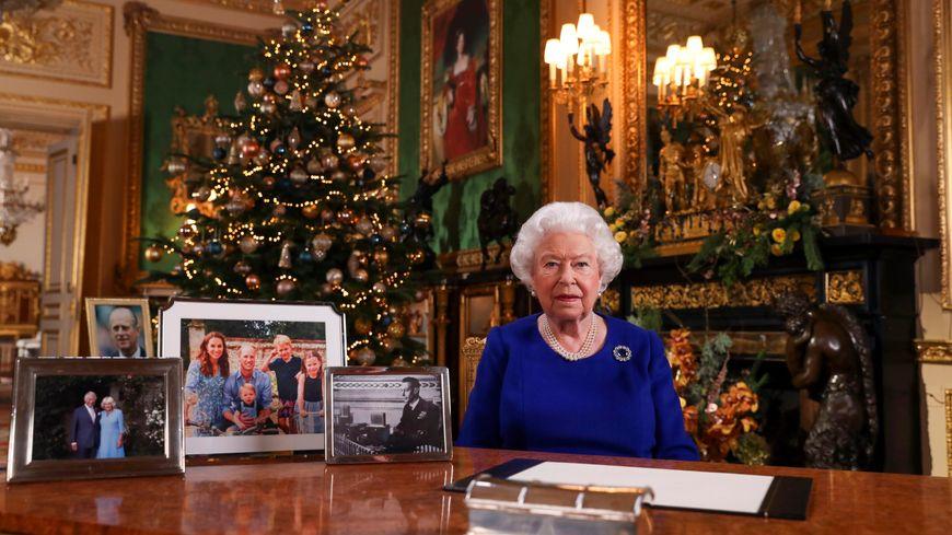 La reine d'Angleterre Elizabeth II lors de l'enregistrement de son allocution.