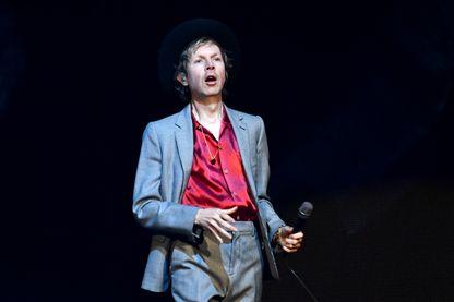 L'auteur-compositeur Beck, auteur-compositeur, sur scène, le 7 décembre 2019 à Anaheim, en Californie.