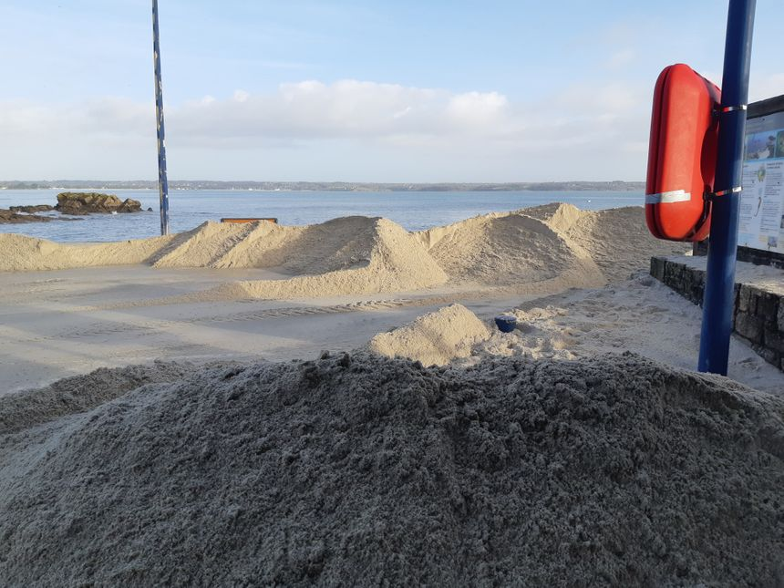 Le sable a été projeté sur la cale par le vent et les vagues
