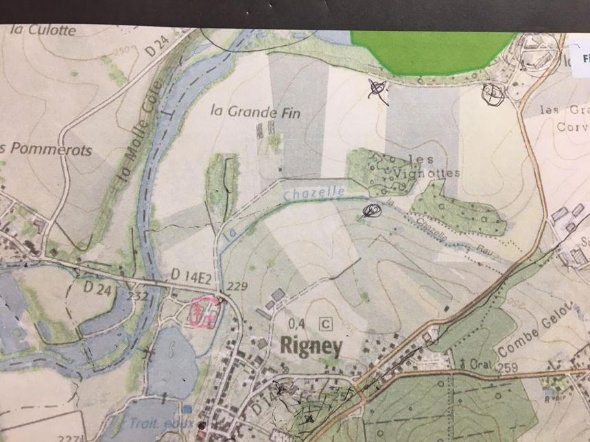 La plan de la commune avec le lieu prévu pour l'élevage situé sur la croix à gauche.