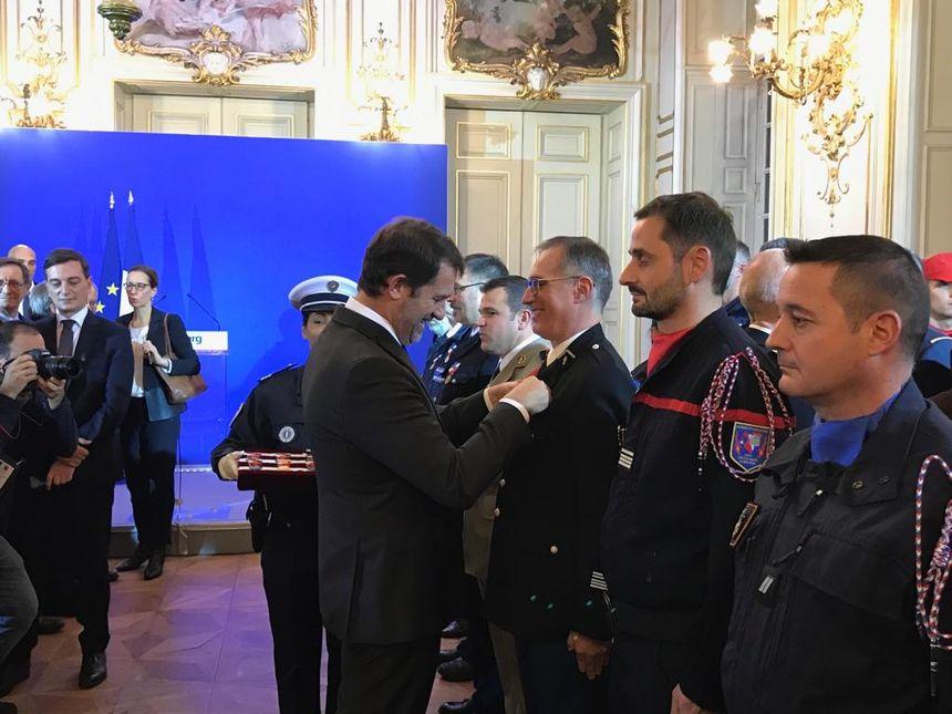 Christophe Castaner remet des décorations aux forces de l'ordre et aux équipes de secours qui sont intervenus le 11 décembre