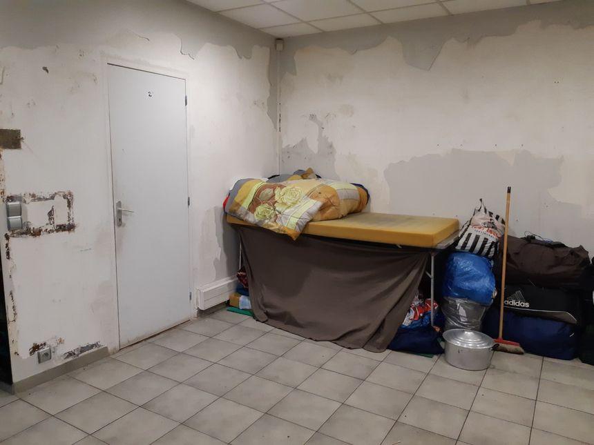 Des centaines d'hommes vivent dans ce hangar désaffecté de Montreuil