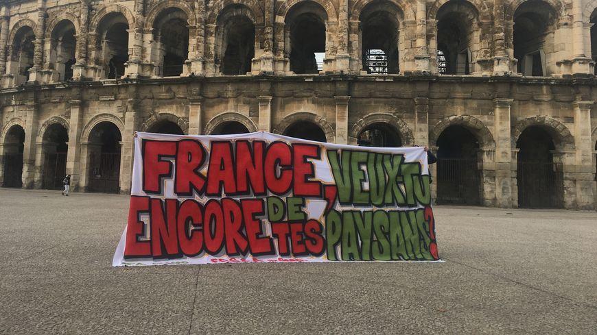 Des agriculteurs du Gard ont posé devant les arènes avec leur fameuse banderole.