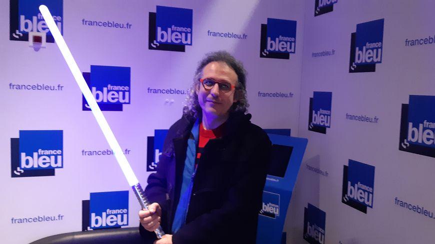"""Président du Cercle d'Escrime Riolais en Haute-Saône, où se développe la nouvelle pratique du sabre laser, Cédric Lelu était l'invité de """"100% club"""" sur France Bleu Besançon, le 23 décembre 2019"""