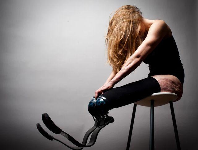 """Pernelle photographiée dans le cadre d'une exposition, intitulée """"Un fauteuil pour mes 20 ans""""."""