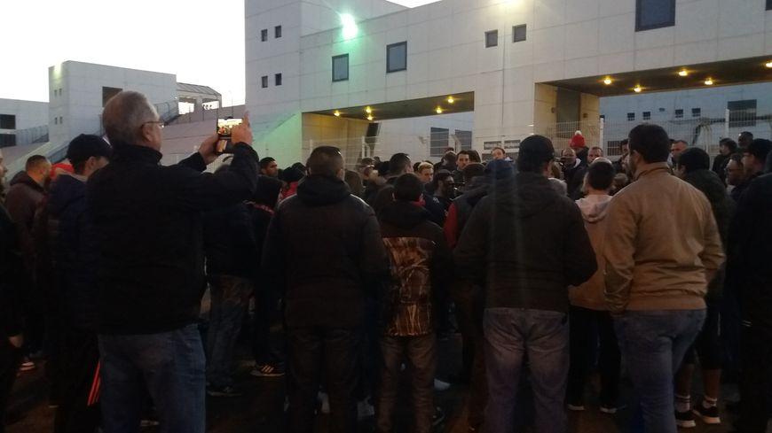 Une centaine de supporteurs nîmois se sont retrouvés devant le stade des Costières ce lundi
