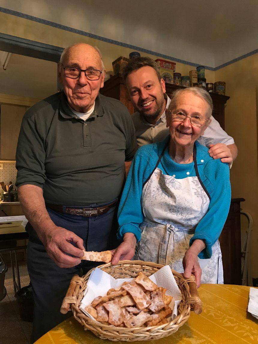 Simon CALAMEL, entouré de ses parents, Gilles et Hélène après la fabrication des oreillettes !