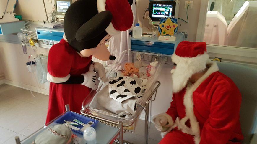 Le Père Noël a rendu visite aux très jeunes patients pour leur offrir des cadeaux.