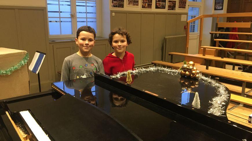 Les jumeaux Aurélien et Dorian Laurent-Noël dans la salle de répétition de la maîtrise de Reims