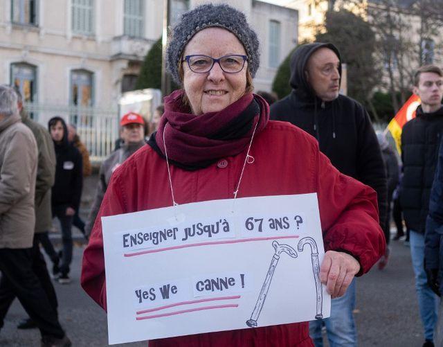 Une manifestante à Paris craint d'enseigner... trop longtemps.