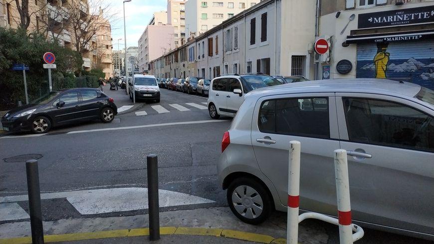 Le stationnement anarchique crée beaucoup de problèmes à Marseille.