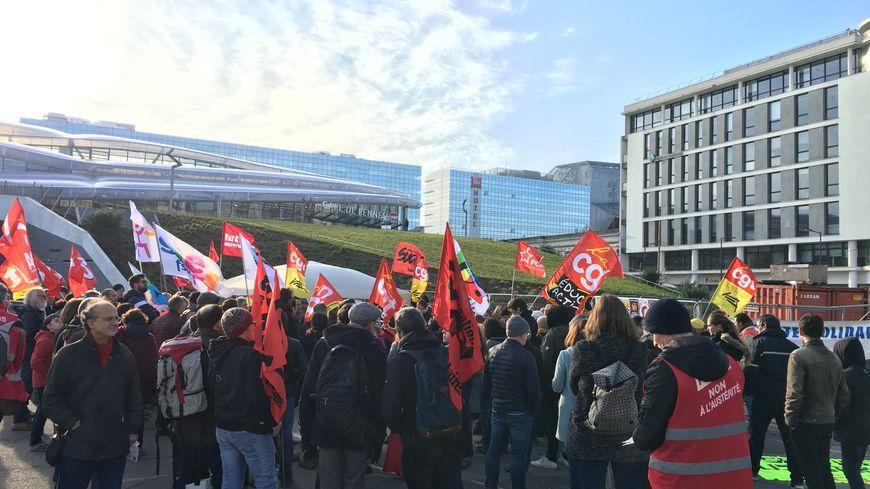 Plus d'une centaine de personnes ont manifesté devant la gare de Rennes