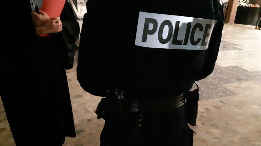 En tout, trois policiers se sont portés parties civiles dans cette affaire.