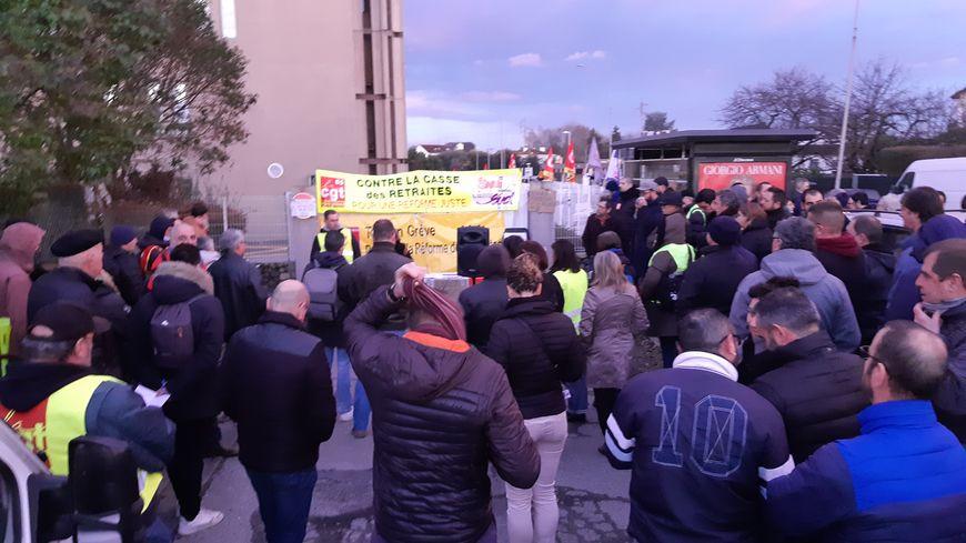 Des manifestants devant le centre des Finances publiques de Tarbes.