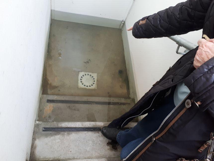 Il faut des bottes pour aller dans le parking souterrain envahi par 25 cm d'eau.