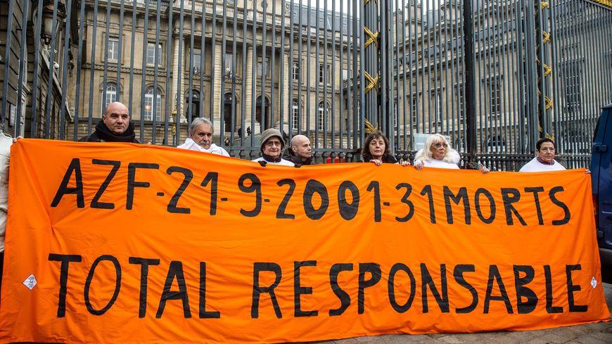 Les membres d'une association de victimes devant la cour d'appel de Paris le 24 janvier 2017.