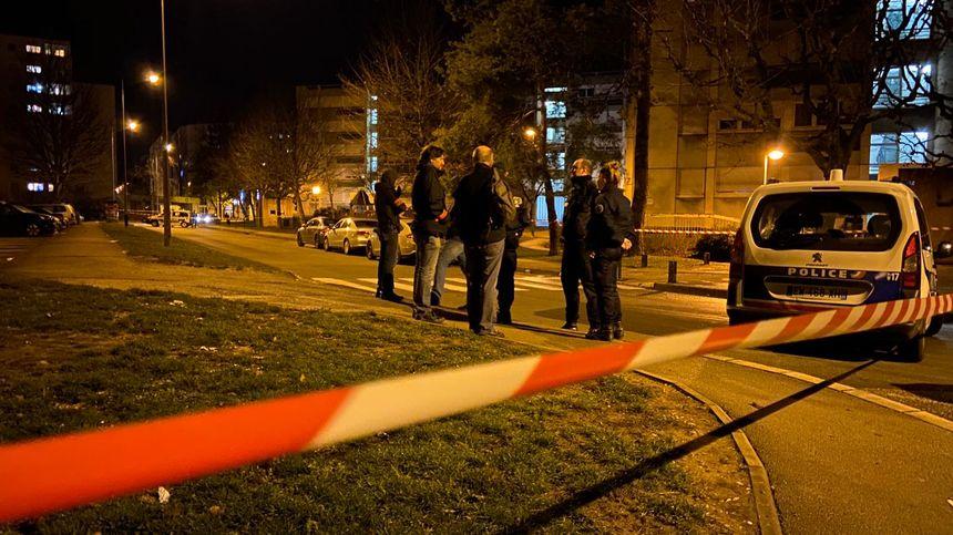 Un périmètre a été bouclé par les policiers.