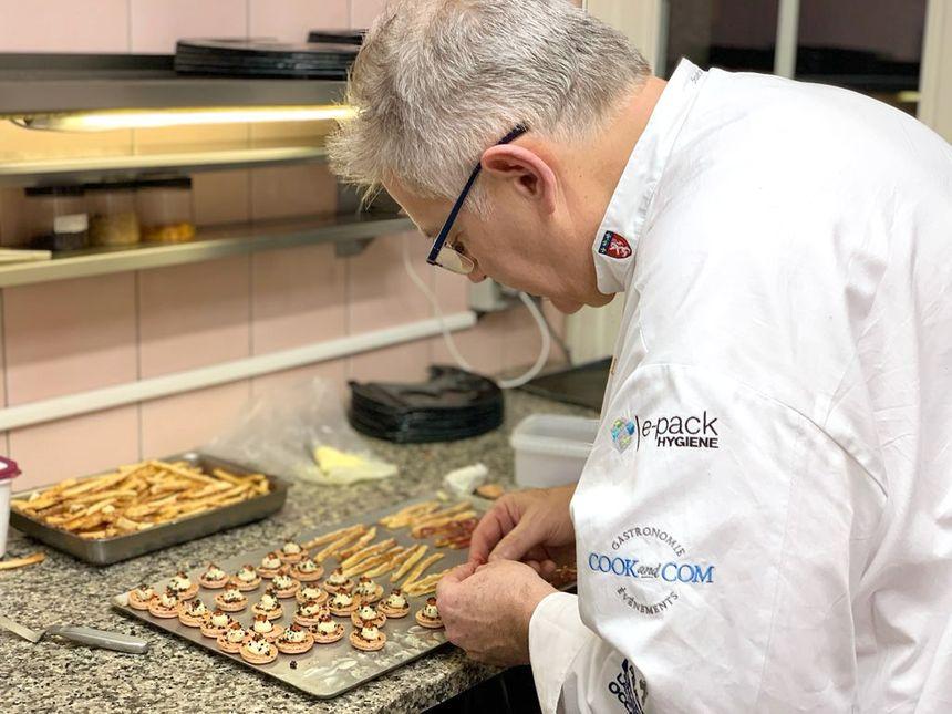 Alain Crivelli s'est activé en cuisine, chaque jour dans un établissement différent