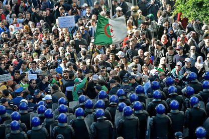 Des manifestants opposés à l'organisation de l'élection présidentielle de jeudi sont bloqués par la police, mercredi 11 décembre dans le centre de la capitale, Alger.