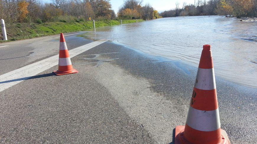 La RD 900 inondée et coupée à la circulation à hauteur de Bonpas à Caumont-Sur-Durance (Vaucluse), 2 décembre 2019.