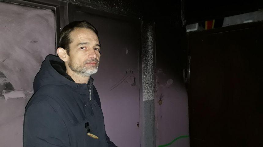 Virgile pose ici dans le hall encore noirci par les fumées. Il a porté plainte contre la CDC Habitat.