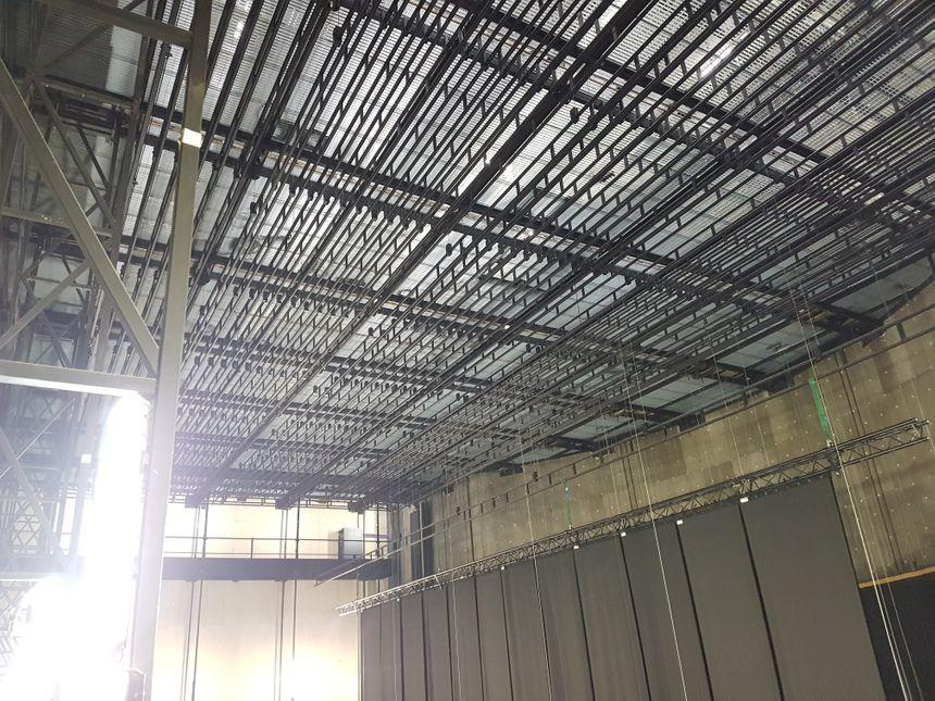 L'ensemble des perches et porteuses supporte désormais 20 tonnes de matériel (projecteurs, rideaux, décors, écrans...) contre 2 tonnes auparavant.