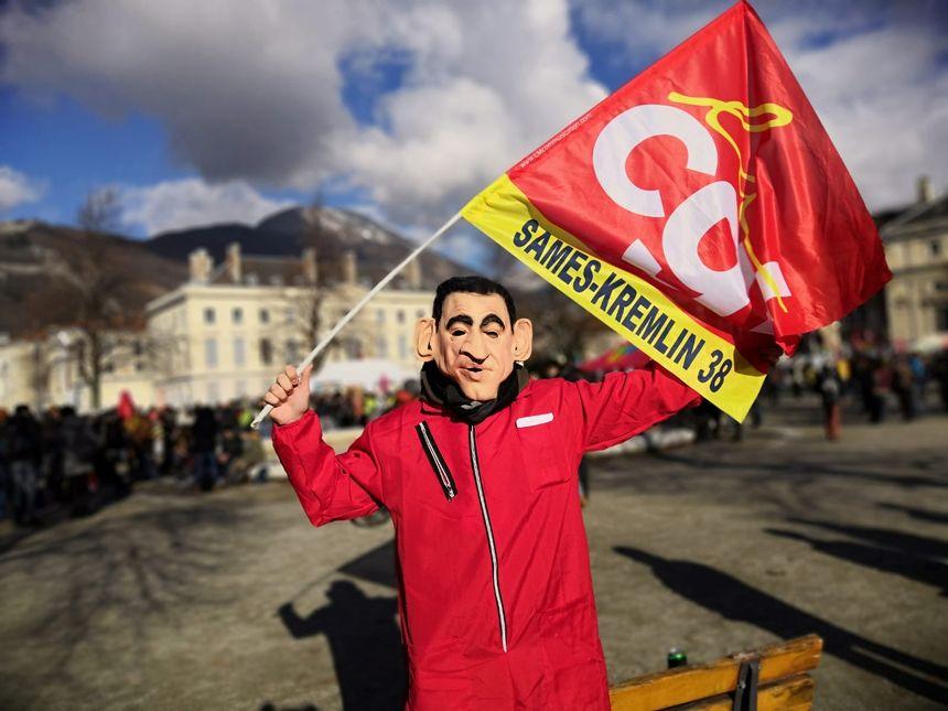 Un manifestant avec un masque à l'effigie de Nicolas Sarkozy.