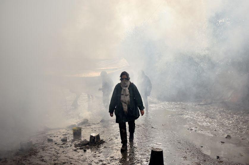 A Notre-Dame-des-Landes, en 2018, une zadiste marche au milieu des gaz lacrymogènes.
