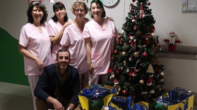 Clément s'est rendu au service pédiatrie de l'hôpital de Mont-de-Marsan avec quatre sacs remplis de cadeaux