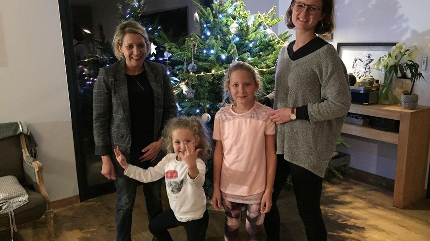 Solène (à droite) garde Mathilde, 6 ans, et Zoé, 9 ans, les deux filles de Marie (à gauche)