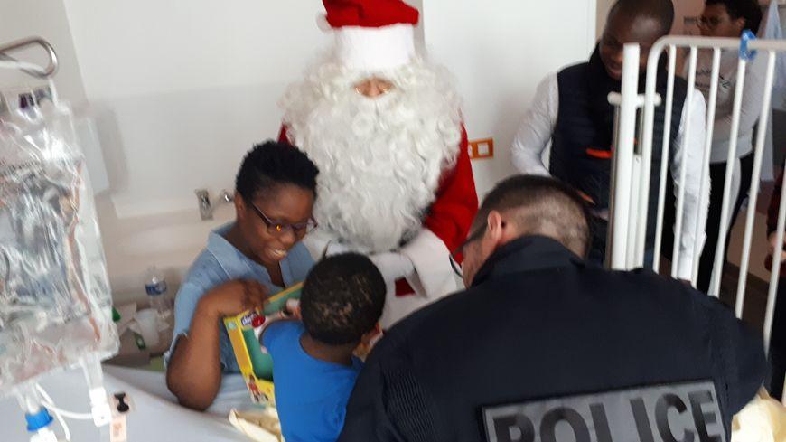 Distribution de jouets des policiers à Necker