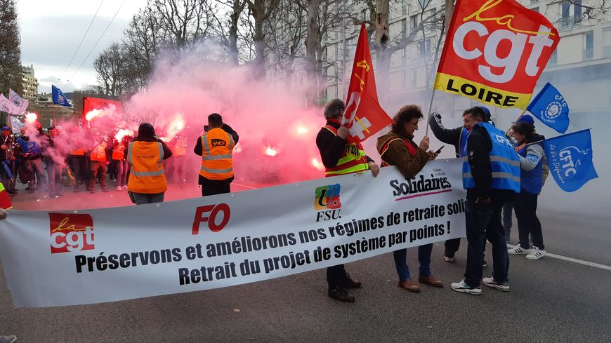 Des fumigènes ont été allumés en tête de cortège de la manifestation stéphanoise