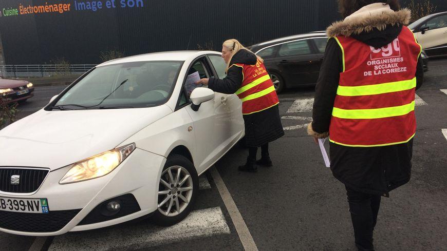 Une quinzaine de femmes ont distribué des tracts aux clients de la zone commerciale du Mazaud à Brive