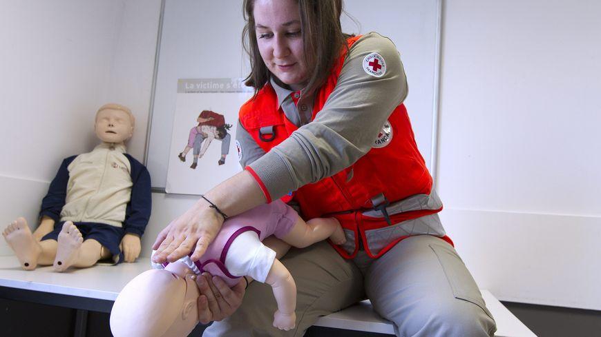 Pauline Hostein, formatrice à la Croix Rouge Hérault, qui montre les gestes de premiers secours à faire sur un nourrisson.
