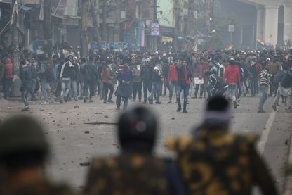 Nouveaux affrontements, mardi 17 décembre à New Delhi, entre manifestants protestant contre la loi sur la nationalité, et la police.