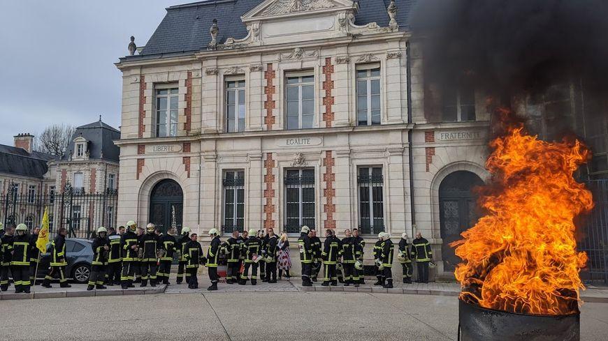 Une soixantaine de pompiers de la Vienne ont manifesté devant les locaux du département ce samedi midi.