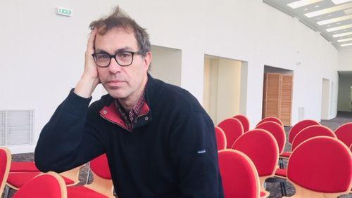 Dominik Moll signe un thriller hitchcockien entre la Lozère enneigée et la chaleur étouffante d'Abidjan