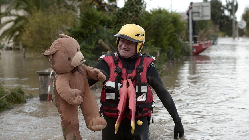 Erick Fauché et l'ours en peluche dans les rues inondées de Oeyregave