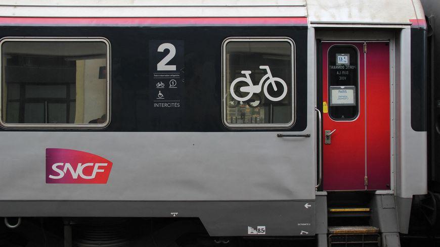 Un wagon Intercités Paris-Clermont stationné à la gare SNCF de Clermont-Ferrand.