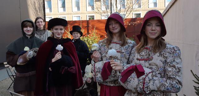 À  Odense les enfants fêtent Noël en costumes traditionnels.